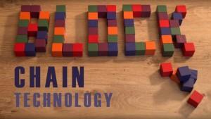 Uitleg blockchain. Blokken die het woord blockchain vormen. De blockchaintechnologie gaat de wereld veroveren.