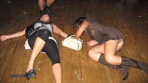 Drunk women lie on the floor. Hopefully nobody put it on Facebook. Afterall they still have to apply for jobs in the future. Twee dronken vrouwen liggen op de grond. Ze zijn helemaal van het padje af. Hopelijk zet niemand het op Facebook. Ze moeten in de toekomst nog op sollicitatiegeprek tenslotte.
