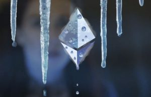 The logo of Ethereum. Melting icicle. Het logo van Ethereum. Smeltende ijspegel.