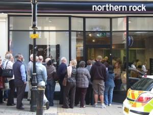 Bankrun, Northern rock, mensen in de rij voor het opnemen van hun spaargeld