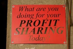 A sign with: What are you doing for your profit sharing today? Decentralised autonomous organisations will change the way we think about making profit. Een bordje met de tekst: Wat ga jij doen vandaag om je winstaandeel te behalen? Gedecentraliseede autonome organisaties zullen de wijze waarop wij over het behalen van winst denken behoorlijk gaan veranderen.