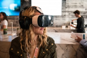 A woman wears a virtual reality headset. How is virtual realtity going to effect our privacy? Een vrouw draagt een virtual reality uitrusting. Hoe gaat virtual reality onze privacy beïnvloeden?