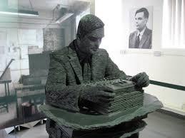 A sculpture of Alan Turing. He was also working in the field of computer intelligence. He had a difficult life. Beause of his homosexuality they forced him to undergo experimental chemical castration. All the misery that they made him go through forced him to take his own life. Een beelhouwwerk van Alan Turing. Hij was een vooruitziende geest op het gebied van singulariteit. Alan Turing had een moeilijk leven. Hij werd vanwege zijn homoseksualiteit gedwongen om experimentele chemische castratie te ondergaan. Alan Turing is erg veel onrecht aangedaan. Hij maakte uiteindelijk een einde aan zijn leven.