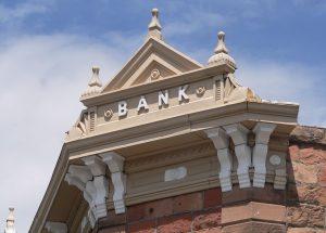 Bank building. Banks are not to enthousiastic about blockchain applications. Bankgebouw. Banken zijn niet erg enthoussiast over de blockchaintoepassingen.