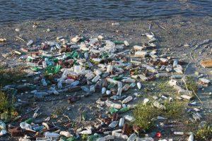 Plastic bottles on a beach. Pollution. During the World Economic Forum people are brainstorming on alternatives for plastic. Plastic flessen op een strand. Op het World Economic Forum wordt gesproken over alternatieven voor het vervuilende plastic.