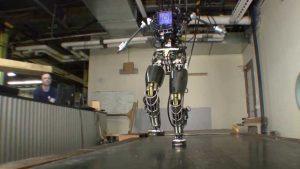 A robot in a test centre. singularity. Een robot in en testcentrum. Singulariteit..