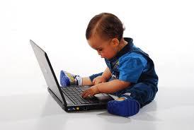 A child with a laptop. Een kind met een laptop.