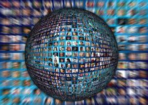 Connected. A globe with photos of people. Verbonden. Een bol met foto's van mensen.