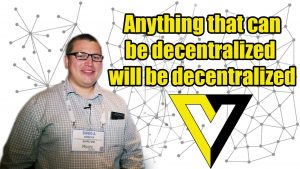 A man and the text: Anything that can be decentralized, will be decentralized. Een man en de tekst: Alles dat gedecentraliseerd kan worden, zal gedecentraliseerd worden.