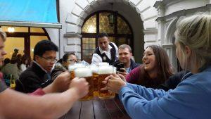 People drinking beer and making a toast. Mensen die bier drinken en met elkaar proosten.