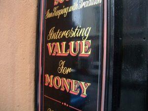 A sign with the words: Interesting value for money. Een bord met de woorden: Interessante waarde voor geld.