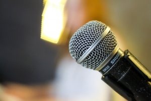 A microphone. Een microfoon.