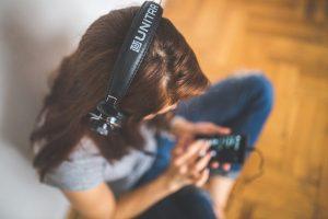 Meisje, muziek, hoofdtelefoon