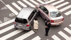 Aanrijding tussen auto's in Japan. Gedecentraliseerde verzekeringen.