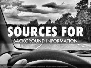 """Een persoon achter het stuur van een auto. Door de voorruit van de auto zien we de weg met bomen langs de zijkant. In de lucht hangen wolken. De tekst luidt in het Engels: """"bronnen voor achtergrondinformatie"""". Een orakel is een bron van informatie."""