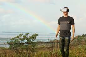 Een man met een augmented reality bril.
