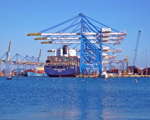Havenkranen en een containerschip.