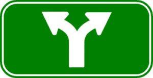 Afsplitsing. Witte pijlen op een groen bord. Ethereum Classic. The DAO in tweeën gesplitst.