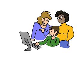Drie mensen achter laptop.
