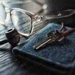 Sleutel, wallet en bril
