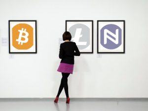 Vrouw in crypto museum, cryptocurrency's en Aphelion.
