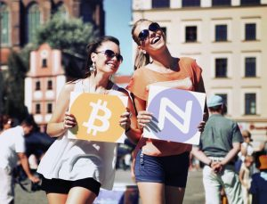 Twee dames die fan zijn van Bitcoin en Namecoin. Initial Coin Offering.