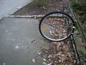 Voorwiel van een gestolen fiets.
