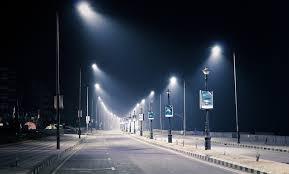 Straatverlichting, lichtmasten, avond.
