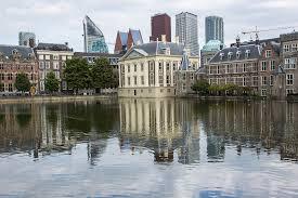 Hofvijver in Den Haag met de Nederlandse ministeries op de achtergrond.