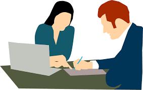 Man en vrouw aan tafel, laptop, tussenpersoon, financiële producten.