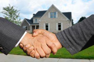 Real estate, vastgoedsector, eigendomsoverdracht, handen schudden.