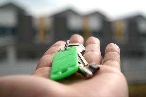Verhuurder overhandigt de sleutel aan de huurder