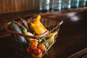 Mand met groenten