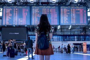 Jonge dame op de luchthaven