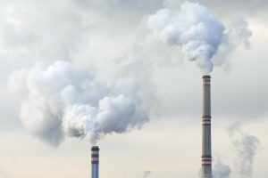 Schoorstenen, fabriek, uitstoot CO2, fossiele brandstoffen