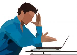 Gefrusteerde man achter laptop