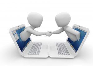 Overeenkomst tussen twee partijen, laptops, handen schudden