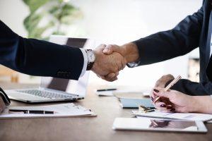 Zakelijk partners schudden handen, overeenkomst, contract