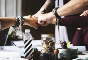 Vuisten tegen elkaar aan, samenwerking, coalitie